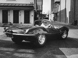 Skådespelaren Steve McQueen kör sin Jaguar Fotografiskt tryck på högkvalitetspapper av John Dominis