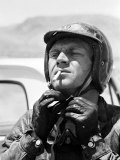 Actor Steve McQueen Putting on Helmet During 500 Mi. Motorbike Race Across Mojave Desert Premium fotografisk trykk av John Dominis