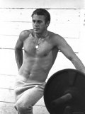 Actor Steve McQueen Standing Beside Bench Press Premium fotografisk trykk av John Dominis