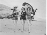Frolicsome Trio of American Bathing Beauties Wearing the Latest Swimsuit Costumes Reproduction photographique sur papier de qualité par E O Hoppe