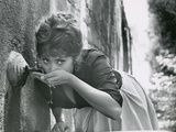 Actress Sophia Loren Drinking Water from Spigot During the Filming of Madame Sans Gene Premium fotoprint van Alfred Eisenstaedt