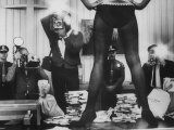 Actress Angie Dickinson's Lower Half Straddling a Million Dollars in Fake Money Metalldrucke von John Dominis