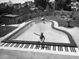 Liberace at the 'Piano' Shaped Pool in His Home Fototryk i høj kvalitet af Loomis Dean