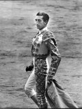 Bullfighter Manolete Accepting Applause of Crowd After Dispatching his Second Bull of the Afternoon Reproduction photographique sur papier de qualité par Tony Linck