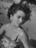Actress Elizabeth Taylor on the Beach Lámina fotográfica de primera calidad por J. R. Eyerman