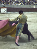 "Bullfighter Manuel Benitez, Known as ""El Cordobes,"" Sweeping His Cape Aside the Charging Bull Kunst på metal af Loomis Dean"