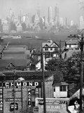 Lower Manhattan and Ferry Docks with Aid of a Telephoto Lens over the Rooftops in Staten Island Fotografie-Druck von Andreas Feininger