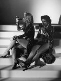 "Marilyn Monroe and Jane Russell During a Break While Filming ""Gentlemen Prefer Blondes"" Reproduction photographique sur papier de qualité par Ed Clark"