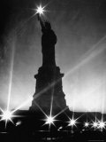 Crystalline Lights Surrounding Statue of Liberty during WWII Blackout Reproduction photographique sur papier de qualité par Andreas Feininger
