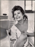 Actress Sophia Loren Laughing While Exchanging Jokes During Lunch Break on Madame Movie Set Premium fotoprint van Alfred Eisenstaedt