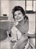 Actrice Sophia Loren lachend tijdens de lunch op filmset van Madame Premium fotoprint van Alfred Eisenstaedt