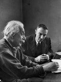 Physicist J. Robert Oppenheimer Discusses Theory of Matter with Famed Physicist Dr. Albert Einstein Premium fotoprint van Alfred Eisenstaedt