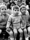 Children Watching Story of St. George and the Dragon at the Puppet Theater in the Tuileries Fotografisk tryk af Alfred Eisenstaedt