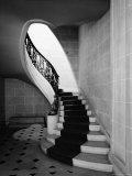 """Un escalier de l'hôtel particulier """"Carolands"""", résidence construite par Mme Harriet Pullman Carolan Schermerhorn, Californie, USA Reproduction photographique par Nat Farbman"""