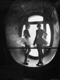 Ballerinaer i silhuet under prøver på Svanesøen i Den store opera i Paris Fotografisk tryk af Alfred Eisenstaedt