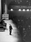 Pianist Vladimir Horowitz Receives Standing Ovation Upon Return to Concert Stage at Carnegie Hall Premium fototryk af Alfred Eisenstaedt