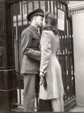Soldier Kissing His Girlfriend Goodbye in Pennsylvania Station Before Returning to Duty Fotografisk tryk af Alfred Eisenstaedt