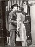 Soldier Kissing His Girlfriend Goodbye in Pennsylvania Station Before Returning to Duty Fotografie-Druck von Alfred Eisenstaedt