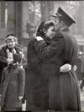 Soldier Tenderly Kissing His Girlfriend's Forehead as She Embraces Him While Saying Goodbye Reproduction photographique sur papier de qualité par Alfred Eisenstaedt