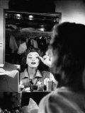 Debutante Actress Tina L. Meyer Putting on False Eyelashes in Dressing Room Lámina fotográfica de primera calidad por Nina Leen
