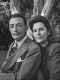 Surrealist Artist Salvador Dali with His Wife Gala in a Garden Reproduction photographique Premium par Martha Holmes