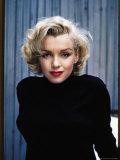 Actress Marilyn Monroe Posing at Home in Her Backyard プレミアム写真プリント : アルフレッド・アイゼンスタット