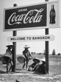 "Billboard Advertising Coca Cola at Outskirts of Bangkok with Welcoming Sign ""Welcome to Bangkok"" Fotografie-Druck von Dmitri Kessel"