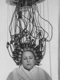 Alfred Eisenstaedt - Woman at Hairdressing Salon Getting a Permanent Wave Fotografická reprodukce
