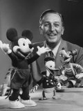 Walt Disney, of Walt Disney Studios, Posing with Some Famous Cartoon Characters Lámina fotográfica de primera calidad por J. R. Eyerman