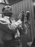 Singer Harry Belafonte Performing at a Recording Session Kunst på metal af Yale Joel