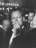 Willy Brandt Arriving for Foreign Ministers Conference Reproduction sur métal par James Burke