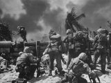 US Marines Climbing to Attack Japanese Positions During Battle to Take Tarawa Atoll Reproduction photographique Premium