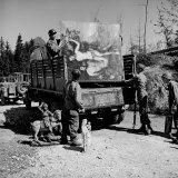American Soldiers of 101st Airborne Loading a Truck with Recovered Art Treasures Stolen by German Fotografie-Druck von William Vandivert