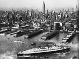 Tugboats Aid Ocean SS Queen Mary While Docking at 51st Street Pier with NYC Skyline in Background Photographie