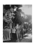 Women Rail Workers Standing at Work on Engine of Train, During WWI at Great Northern Railway Impressão fotográfica