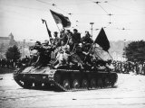 Czech Resistance Fighters Riding Atop Russian Tank After German Troops Were Driven from the City Reproduction photographique sur papier de qualité