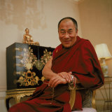 Tibetan Spiritual Leader in Exile Dalai Lama in Smiling Portrait Reproduction photographique sur papier de qualité par Ted Thai