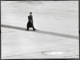 Cosmonaut Yuri Gagarin at Airport, Where Soviet Dignitaries Wait to Honor Him Alu-Dibond von James Whitmore