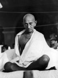 Indian Leader Mohandas Gandhi Sitting Cross Legged at Prayer Meeting Reproduction photographique sur papier de qualité