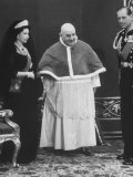 Queen Elizabeth Visiting Pope John XXIII Premium Photographic Print by Hank Walker