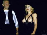 Designer Jean Paul Gaultier Standing Beside Bare Breasted Singer Madonna Metalldrucke von Kevin Winter