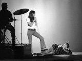 "Entertainers Cher and Sonny Bono Singing on TV Program ""Shindig."" Impressão fotográfica premium por Bill Ray"