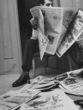 Comedian Mort Sahl at Home Reading Newspaper Premium-Fotodruck von Grey Villet