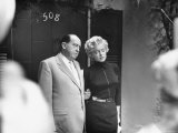 Marilyn Monroe with Her Lawyer Jerry Giesler After Announcement of Her Divorce From Joe DiMaggio Premium fotografisk trykk av George Silk