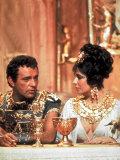 Richard Burton and Elizabeth Taylor, in Costume, Chatting on Set During Filming of Cleopatra Premium fotografisk trykk av Paul Schutzer