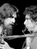George Harrison and Bob Dylan Performing Together at Rock Concert Benefiting Bangladesh Reproduction photographique sur papier de qualité par Bill Ray