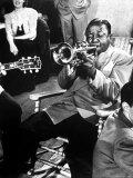 Roy Eldridge Playing Trumpet During Gene Krupa's Jam Session at Gjon Mili's Studio Reprodukcja zdjęcia premium autor Gjon Mili