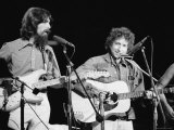 George Harrison and Bob Dylan during the Concert for Bangladesh at Madison Square Garden Reproduction sur métal par Bill Ray