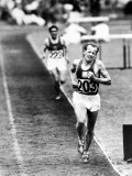 Distance Champion Emil Zatopek as He Set a New 10,000 Meter Record During the Olympic Games Premium fototryk af Frank Scherschel