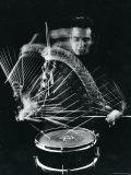 Drummer Gene Krupa Playing Drum at Gjon Mili's Studio プレミアム写真プリント : ジョン・ミリ
